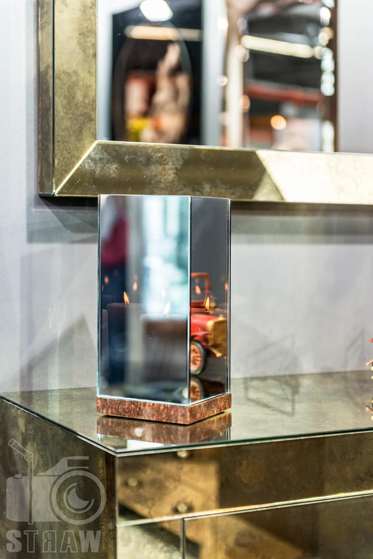 Fotografie z targów wyposażenia wnętrz Warsaw Home, relacja fotograficzna, stoisko Antique Mirrors, lustrzany świecznik.