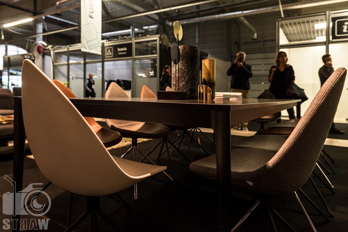 Fotorelacja zdjęcia z targów warsaw home, stoisko Bo Concept krzesła i stół.