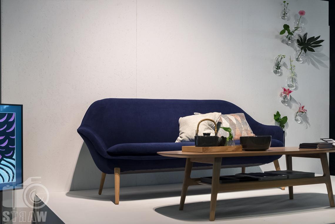 Fotorelacja zdjęcia z targów warsaw home, stoisko Bo Concept sofa i stolik kawowy.