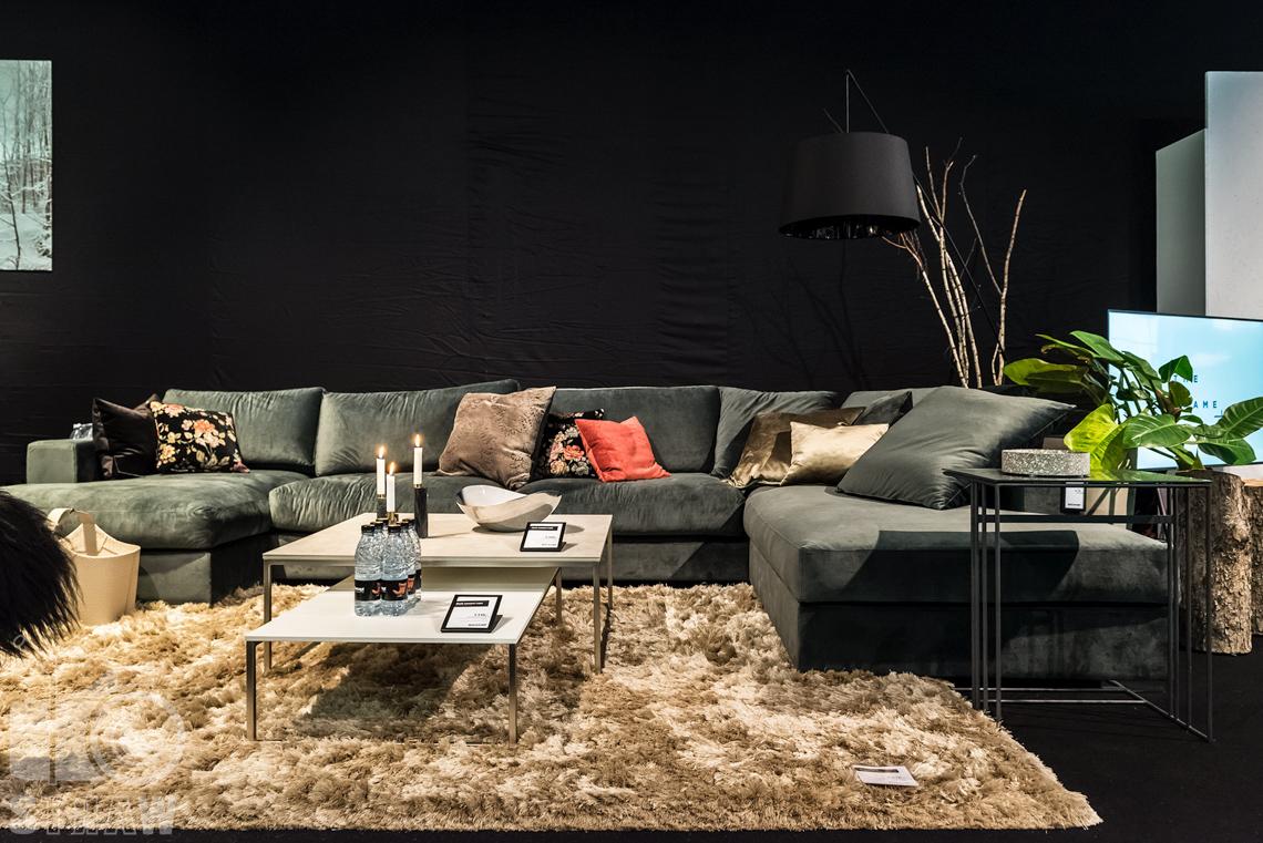 Fotorelacja zdjęcia z targów Warsaw Home stoisko Bo Concept, narożnik i stoliki.