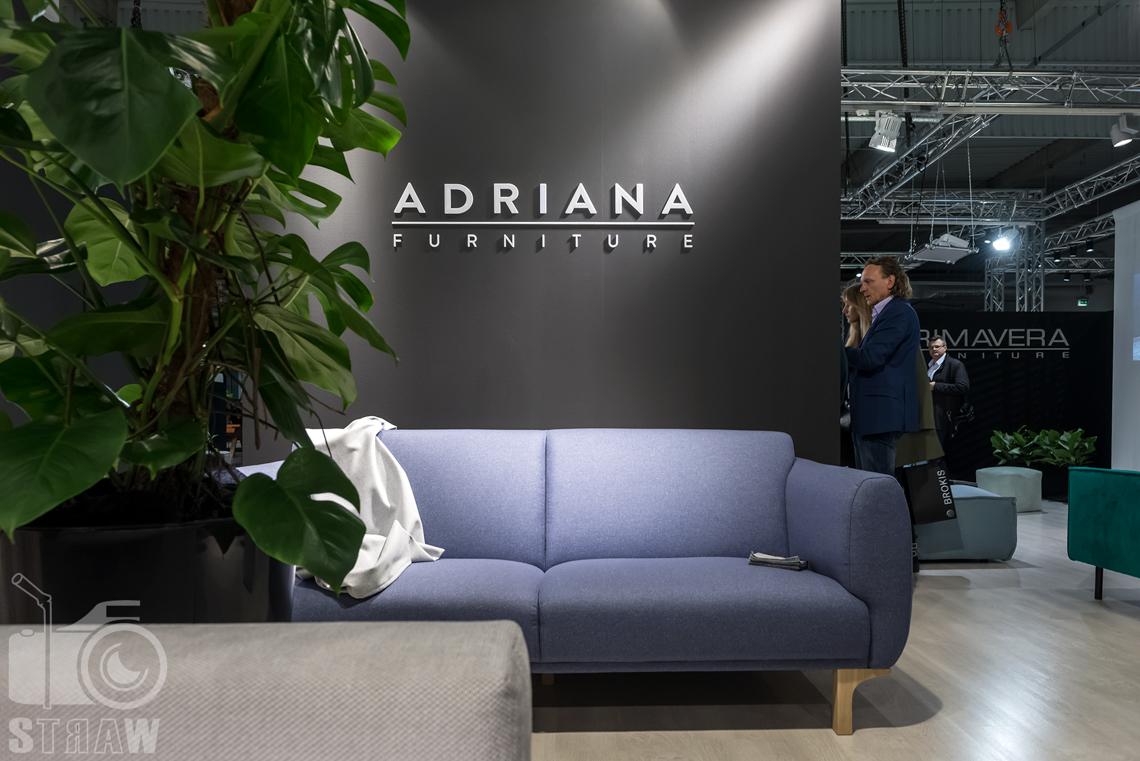 Fotorelacje z targów wyposażenia wnętrz, relacja fotograficzna, zdjęcia z Warsaw Home, stoisko Adriana Furniture, sofa jasny fiolet.