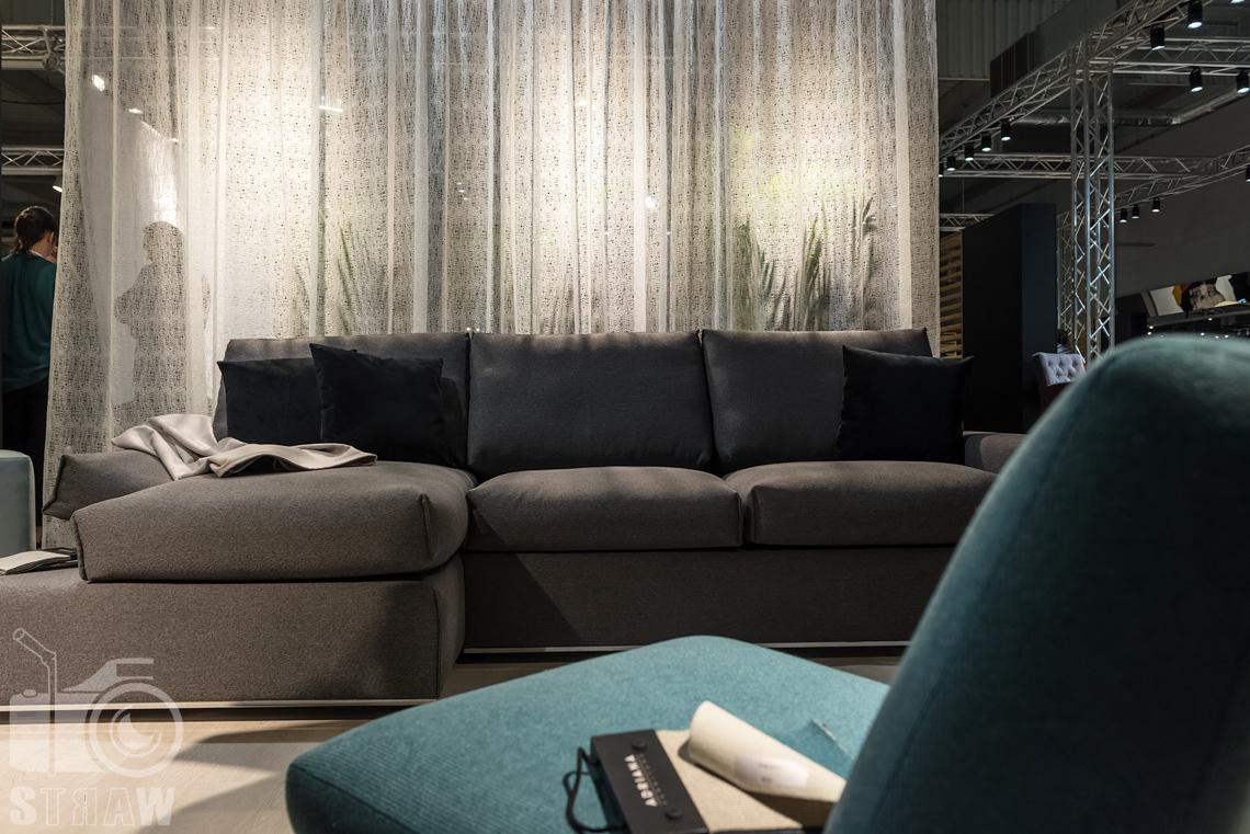 Fotorelacje z targów wyposażenia wnętrz, relacja fotograficzna, zdjęcia z Warsaw Home, stoisko Adriana Furniture, sofa i fotel.