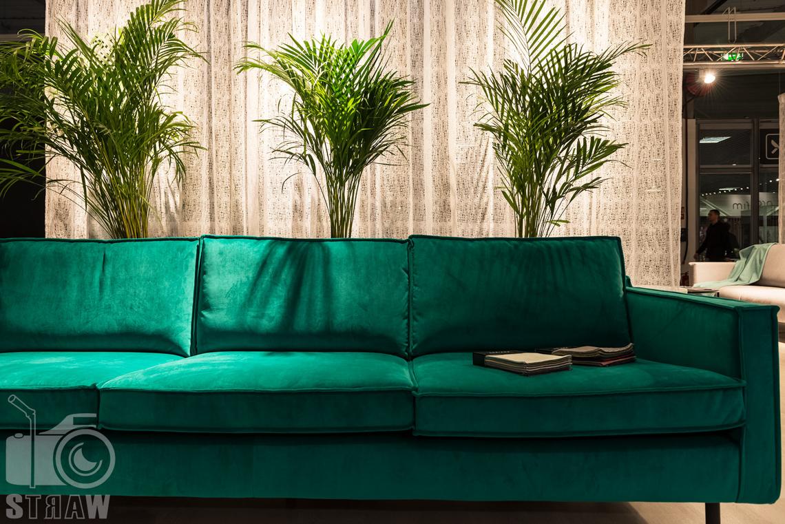 Fotorelacje z targów wyposażenia wnętrz, relacja fotograficzna, zdjęcia z Warsaw Home, stoisko Adriana Furniture, sofa zielona.