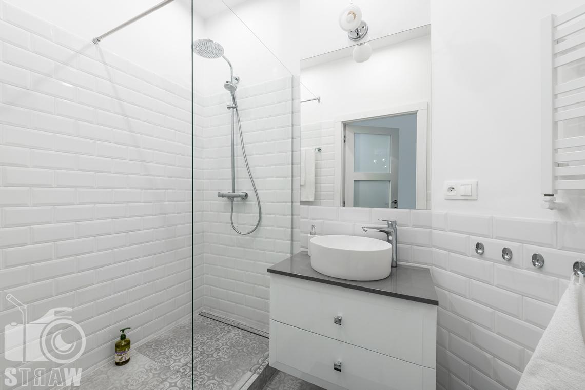 Fotograf apartamentu na wynajem krótkoterminowy booking com i airbnb, zdjęcia wnętrz łazienka i prysznic.