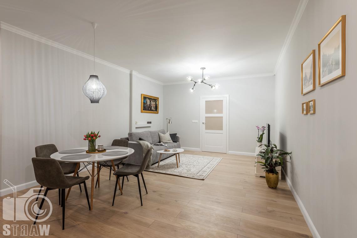 Fotograf apartamentu na wynajem krótkoterminowy booking com i airbnb, zdjęcia wnętrz salon i jadalnia.