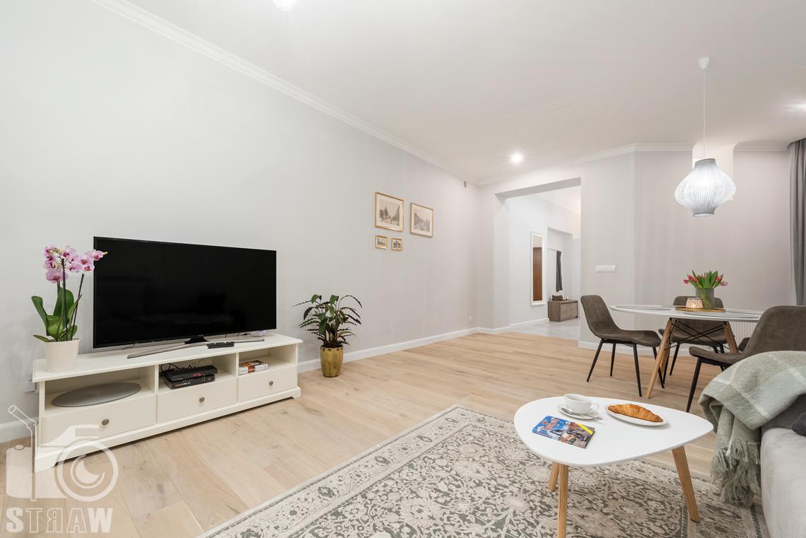 Fotograf apartamentu na wynajem krótkoterminowy booking com i airbnb, zdjęcia wnętrz, salon i przedpokój.