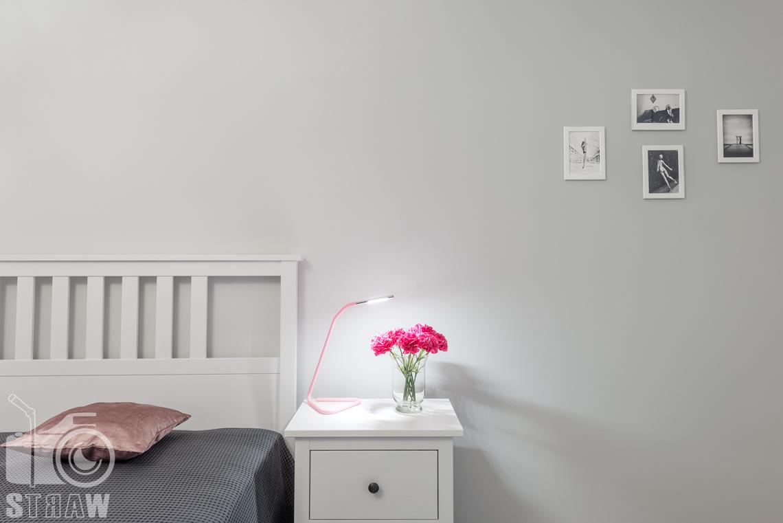 Fotografia wnętrz apartamentu na wynajem krótkoterminowy booking com i airbnb, sypialnia i szafka nocna.