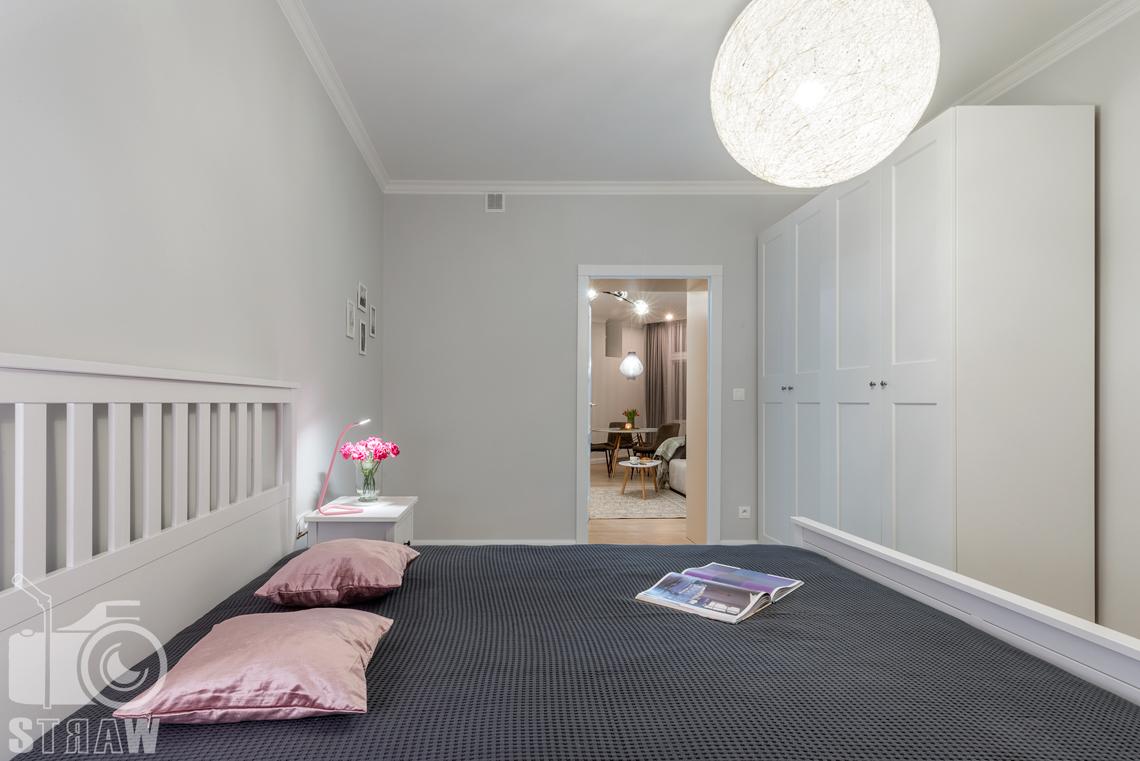 Fotografia wnętrz apartamentu na wynajem krótkoterminowy booking com i airbnb, sypialnia i salon.