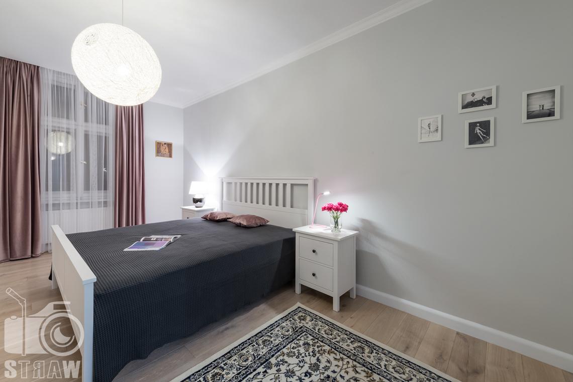Fotografia wnętrz apartamentu na wynajem krótkoterminowy booking com i airbnb sypialnia.