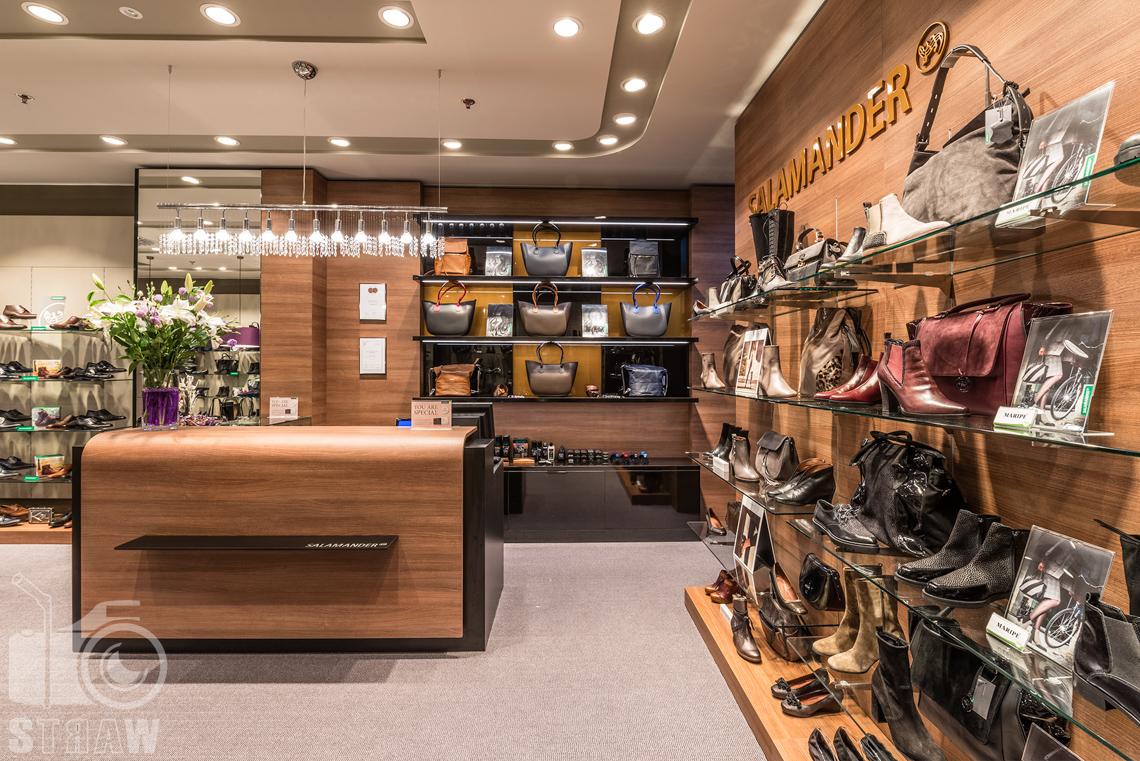 Fotograf wnętrz komercyjnych, fotografie salonu sprzedaży Salamender, lada , buty i torebki.