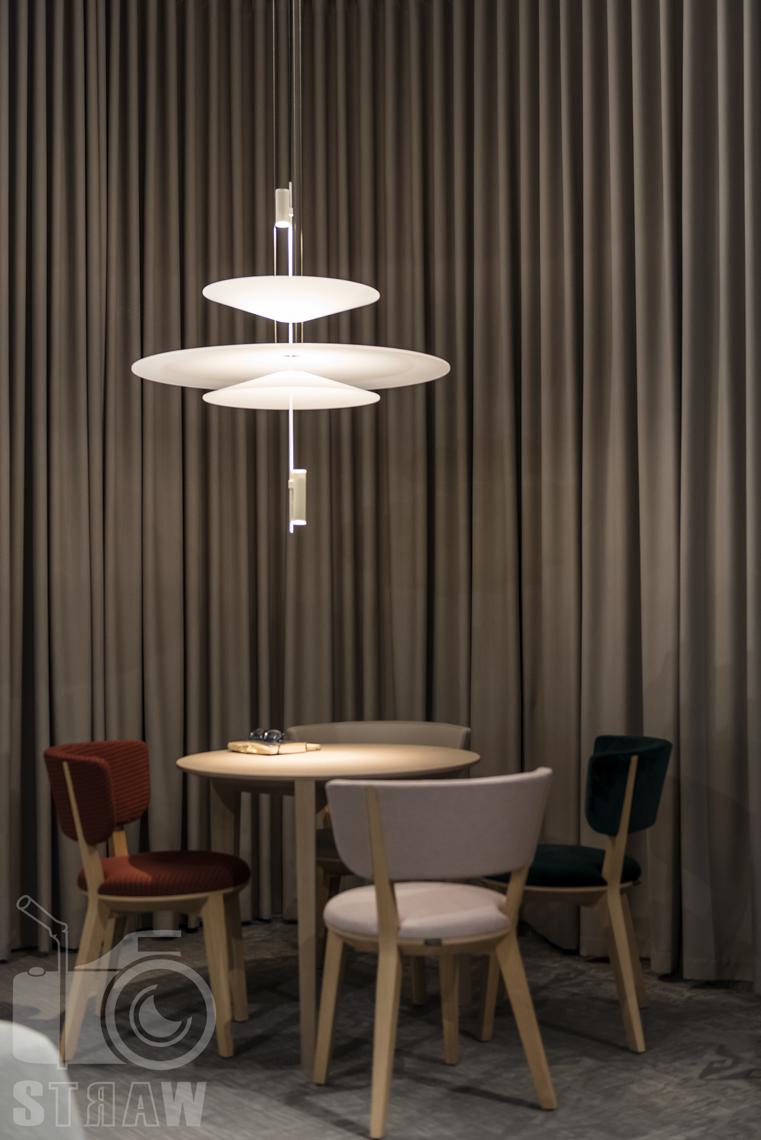 Zdjęcia z targów wyposażenia wnętrz Warsaw Home, relacja fotograficzna, stoisko Comforty, lampa vibia i stolik.