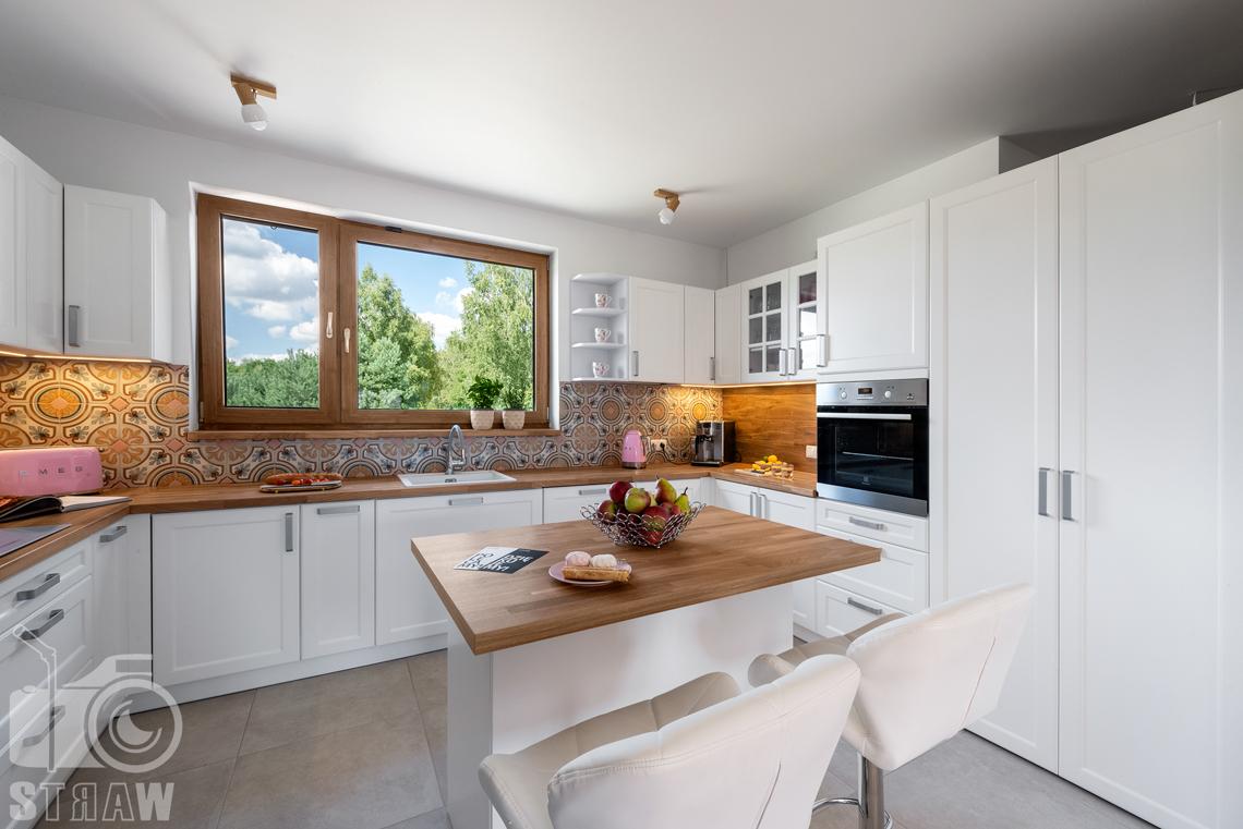 Fotografia wnętrz mieszkalnych, zdjęcia dla producenta mebli kuchennych, widok na całą kuchnię.