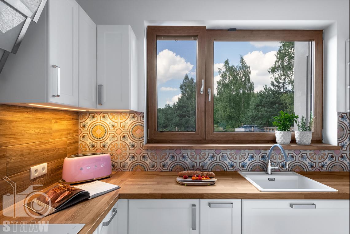 Fotografia wnętrz, zdjęcia dla producenta mebli kuchennych, blat, zlew, okno.