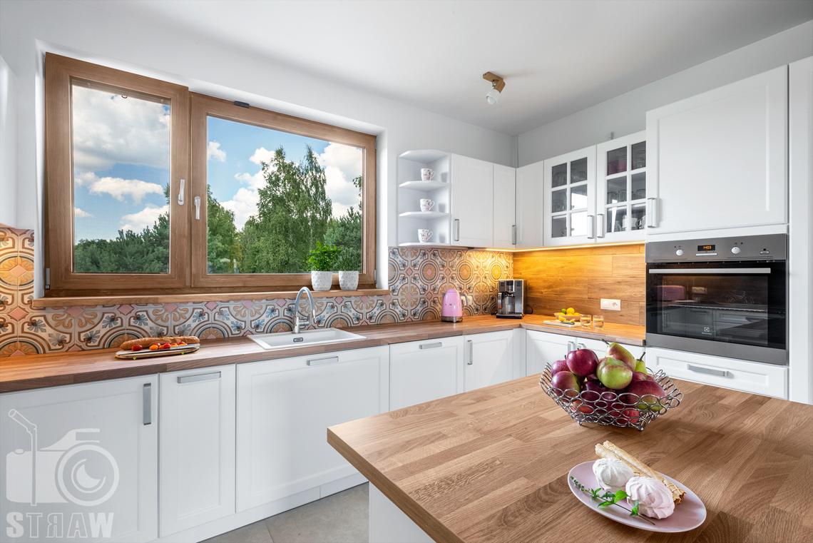 Fotograf wnętrz mieszkalnych, zdjęcia dla producenta mebli kuchennych, okno, szafki, wyspa, bezy.