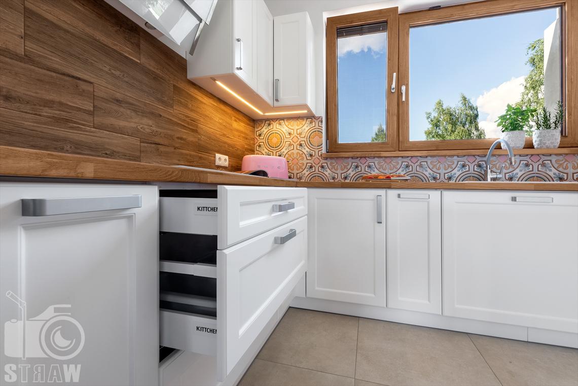 Zdjęcia dla producenta mebli kuchennych, fotograf wnętrz mieszkalnych, detale w kuchni, szuflady.