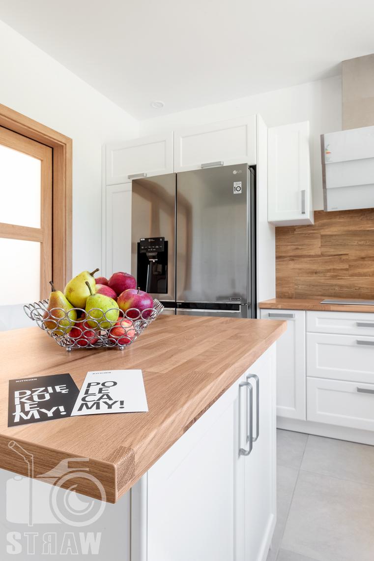 Zdjęcia dla producenta mebli kuchennych, fotografia wnętrz mieszkalnych, blat na wyspie kuchennej, szafki.