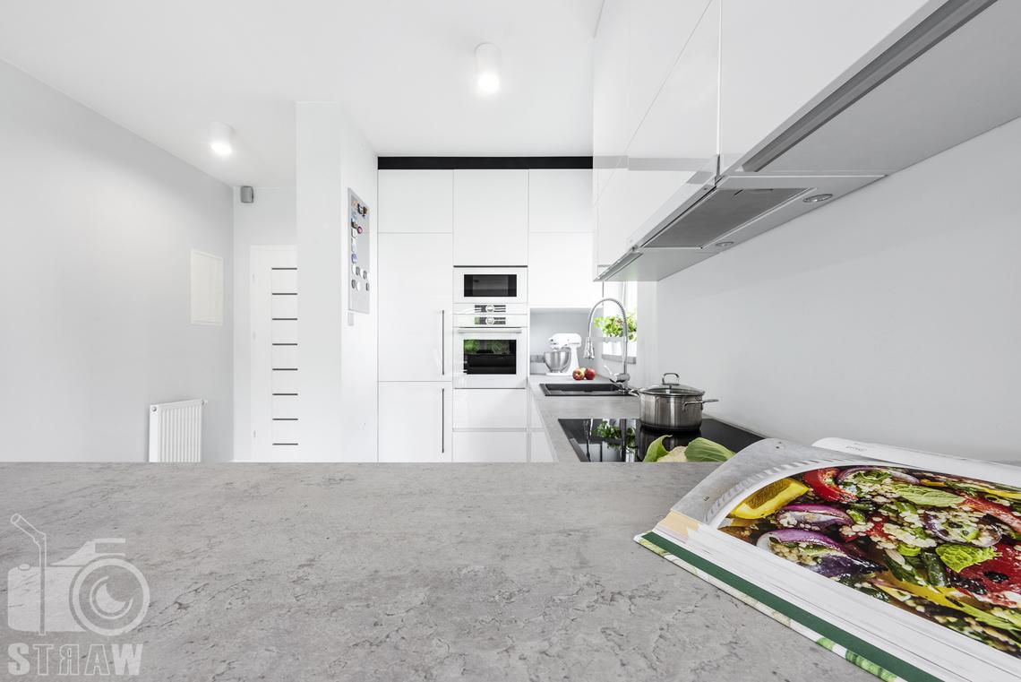 Fotograf wnętrz, zdjęcia zabudowy kuchennej dla producenta mebli, blat stylizowany marmur.