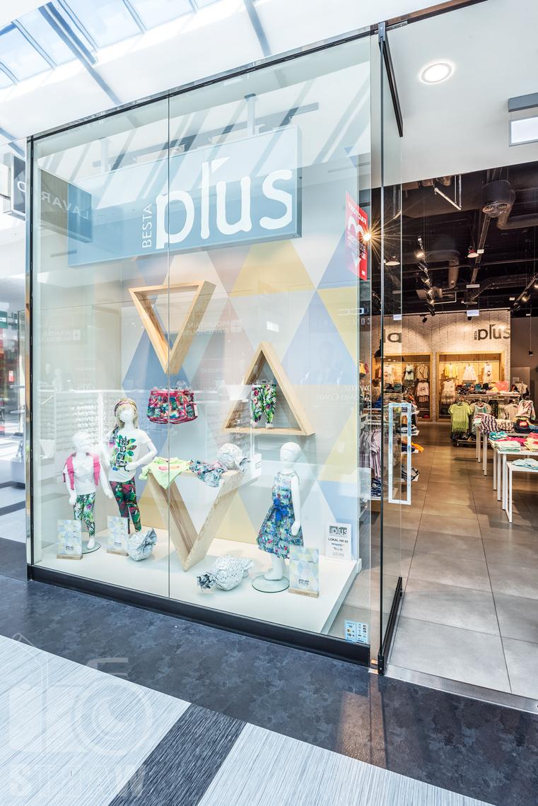 Zdjęcia sklepu, fotografia wnętrz komercyjnych, na zlecenie biura projektowego 4ma Projekt, witryna sklepu besta plus.