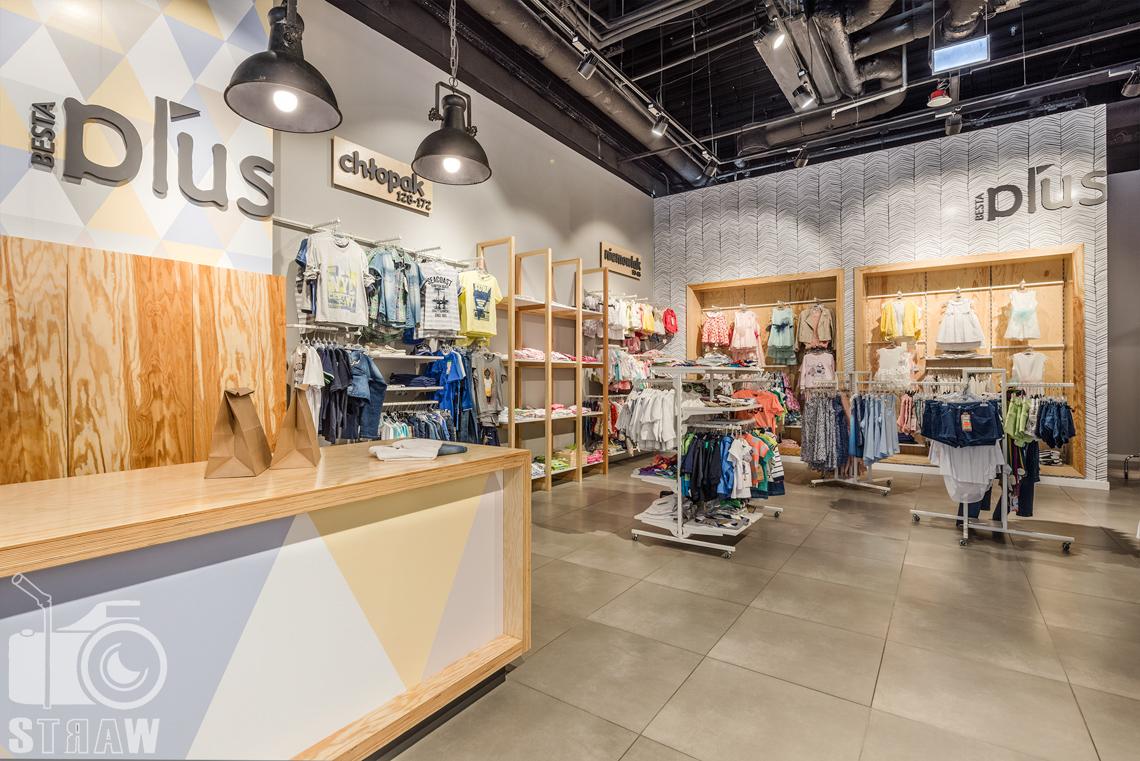 Zdjęcia sklepu, fotografia wnętrz komercyjnych besta plus, na zlecenie biura 4ma Projekt, lada i wieszaki.