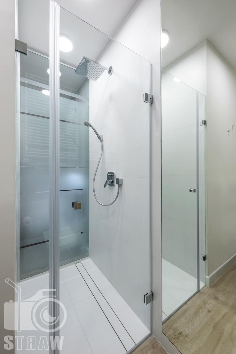 Fotografia nieruchomości na wynajem krótkoterminowy łazienka kabina prysznicowa.