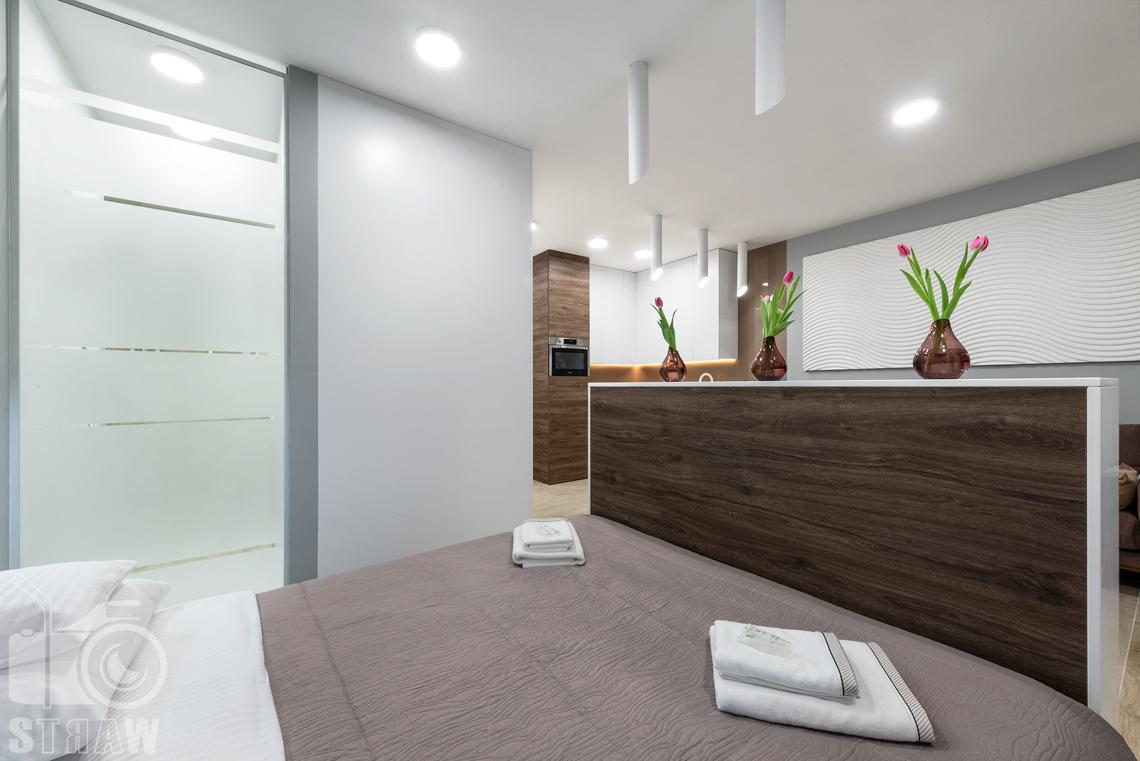 Fotografia nieruchomości na wynajem krótkoterminowy, sypialnia widok w stronę salonu.