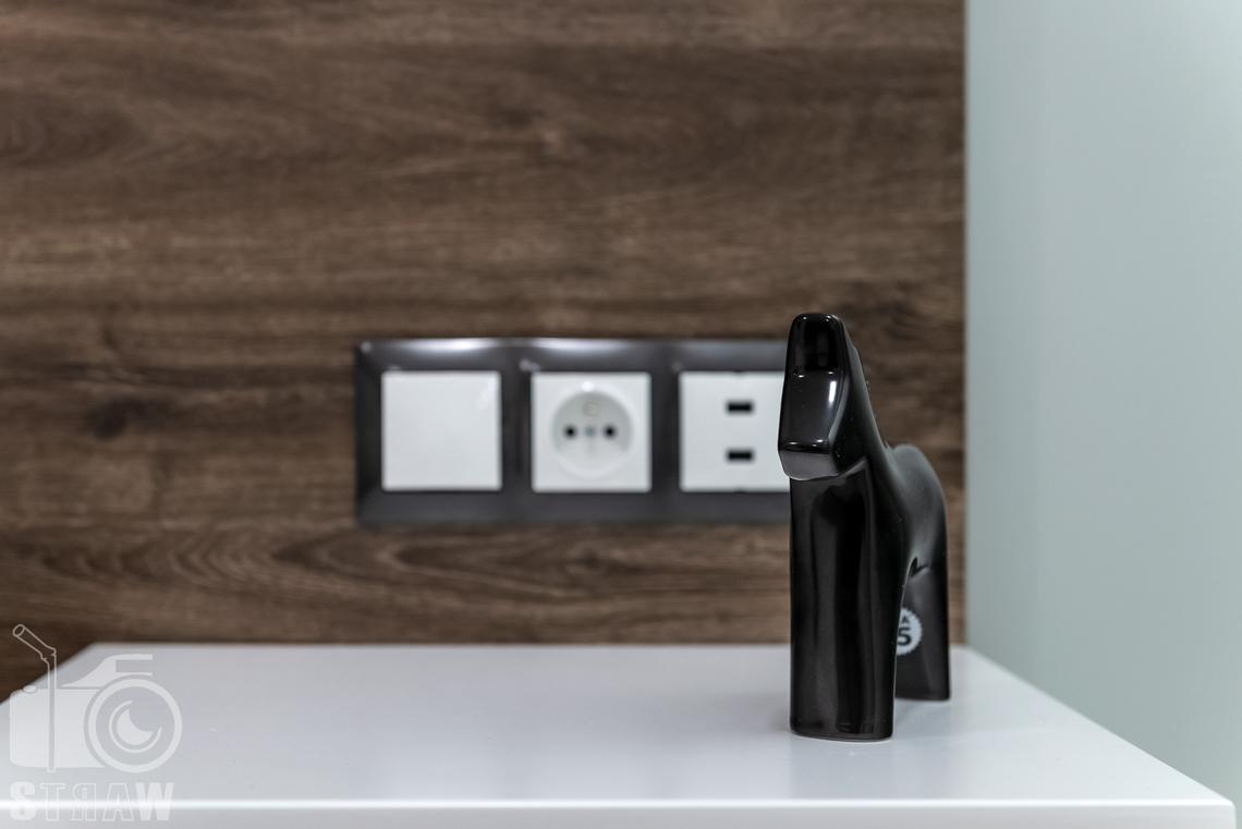 Fotografia nieruchomości na wynajem krótkoterminowy szafka nocna w sypialni, detale.