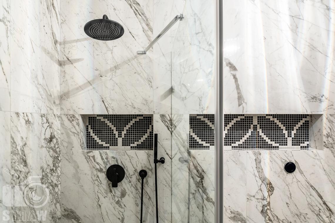 Fotografia wnętrz domu zaprojektowanego przez biuro projektowe, łazienka reprezentacyjna przy salonie, marmur, mozaika, prysznic.