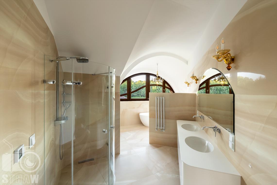 Fotografia wnętrz domu zaprojektowanego przez biuro projektowe, łazienka główna, prysznic, umywalki i wanna.