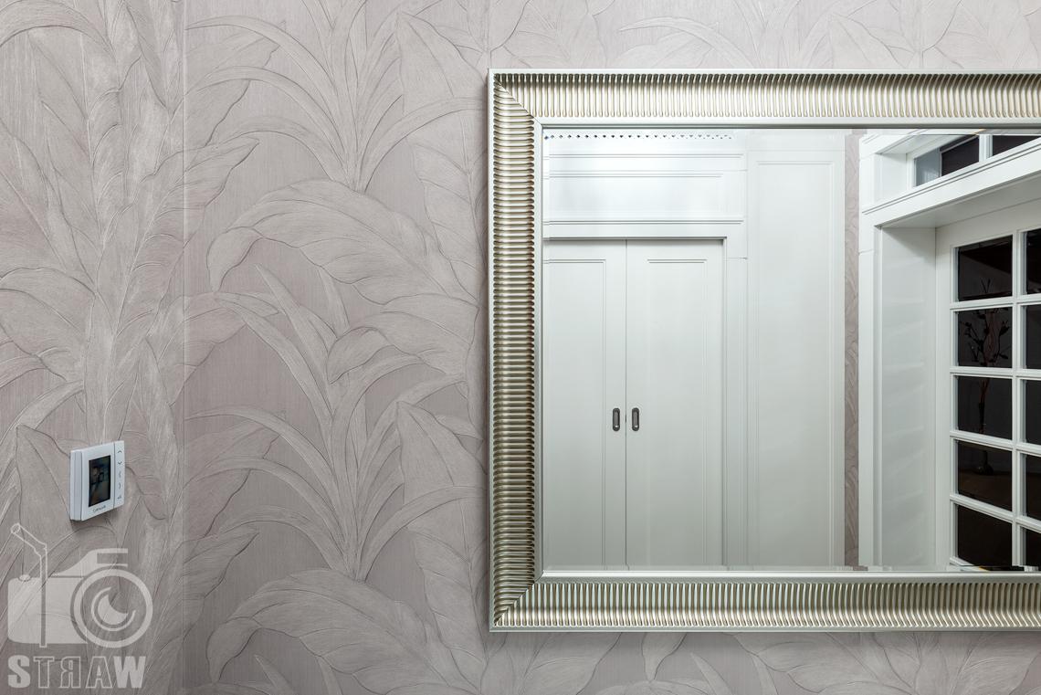 Fotografia wnętrz domu zaprojektowanego przez biuro projektowe, przedpokój, tapeta i lustro.