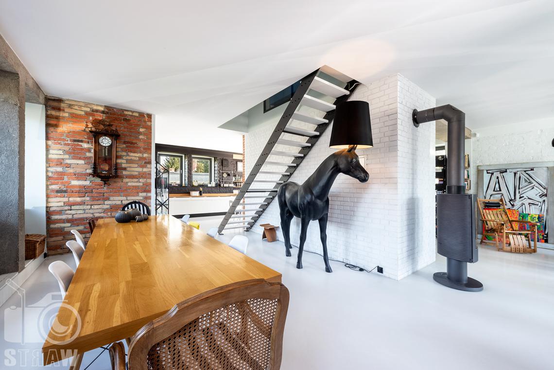 Fotografia nieruchomości na sprzedaż, zdjęcia wnętrza pięknego piętrowego domu w Kostancienie Jeziornej, tutaj jadalnia i lampa w kształcie konia oryginalnych rozmiarów.