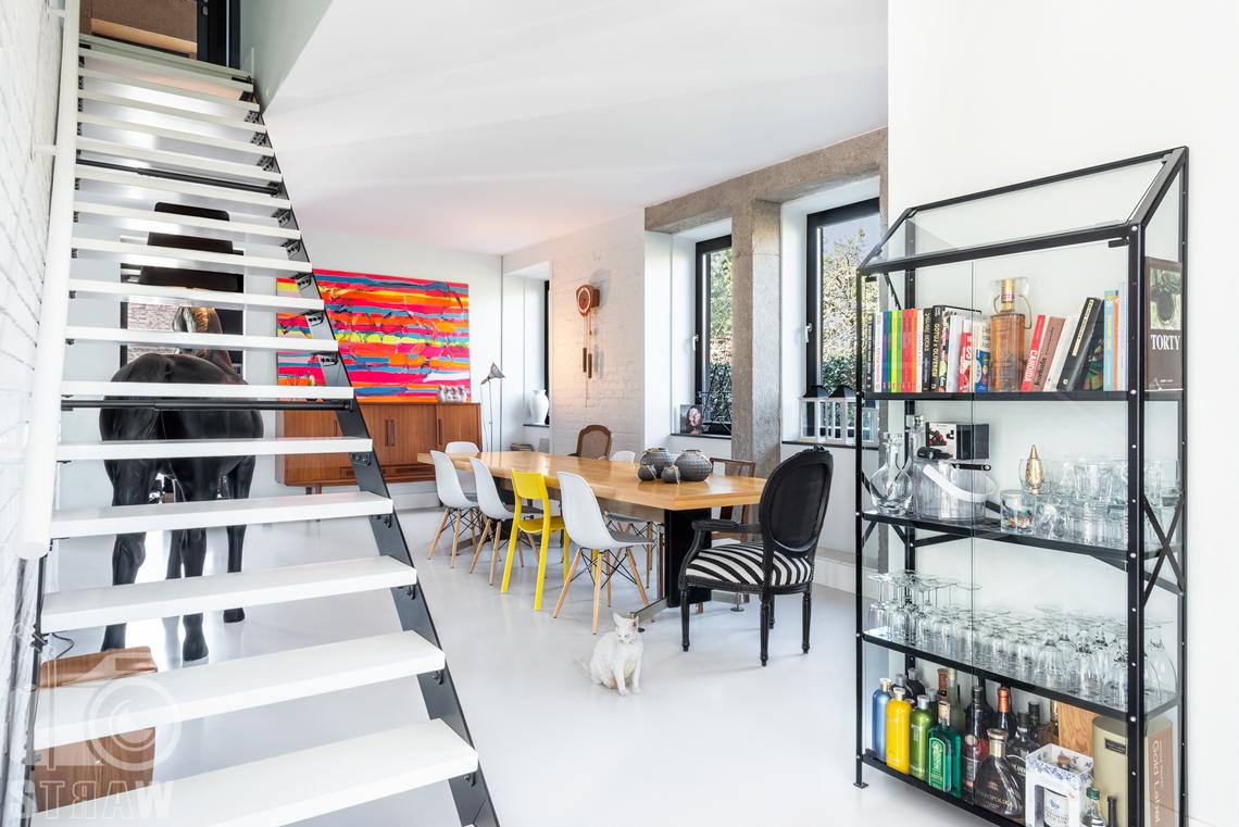 Fotografia nieruchomości na sprzedaż, zdjęcia wnętrza domu jednorodzinnego w Konstancinie, tutaj jadalnia i schody na piętro.