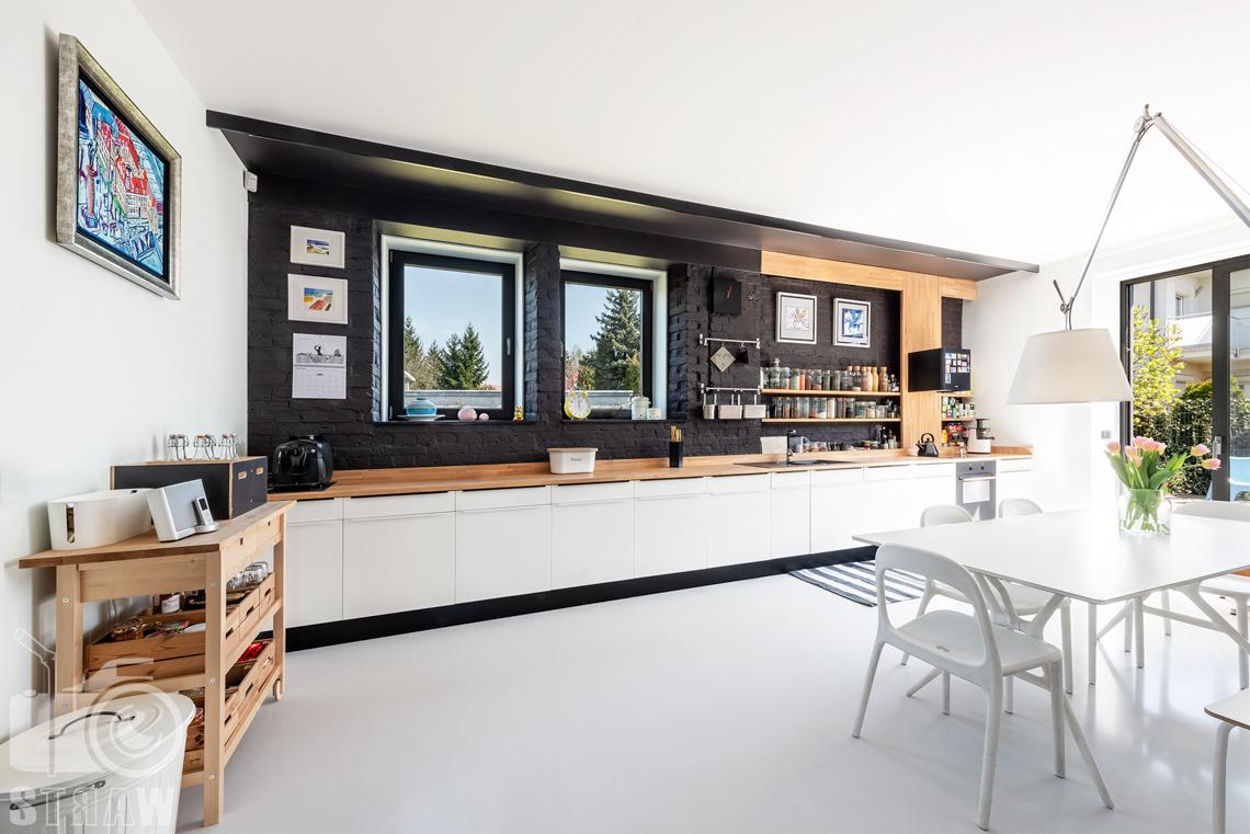 Fotografia nieruchomości na sprzedaż, zdjęcia wnętrza pięknego domu w Konstancinie, zdjęcie prezentujące kuchnię.