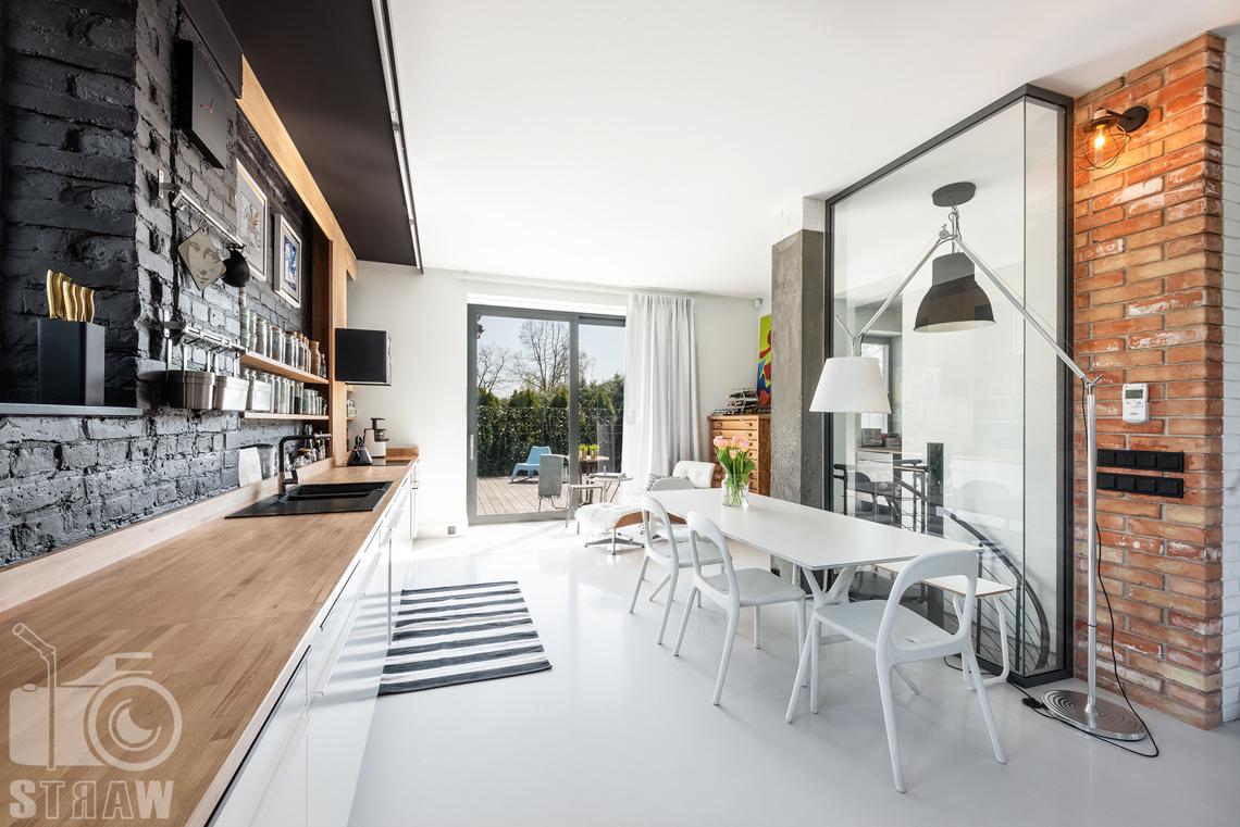Fotografia nieruchomości na sprzedaż, zdjęcia wnętrza, obszerna, jasna kuchnia w dużym piętrowym domu.