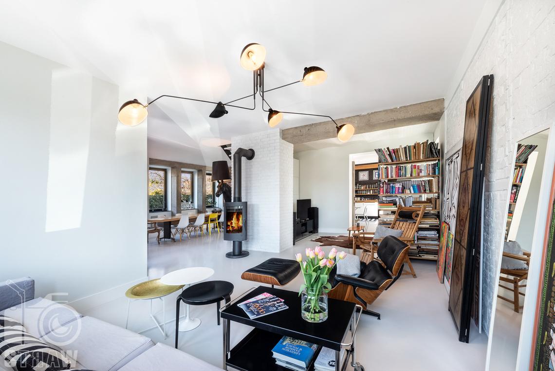 Fotografia nieruchomości na sprzedaż, zdjęcia wnętrza, tutaj widok na salon, pokój telewizyjny oraz kuchnię.