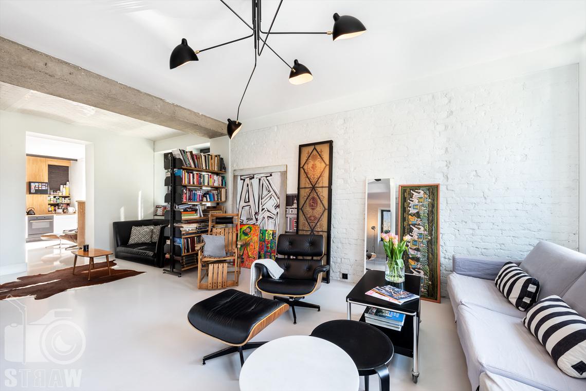 Fotografia nieruchomości na sprzedaż, zdjęcia wnętrza salonu w dużym piętorowym domu w Konstancinie, na zdjęciu widoczny fotel Vitra.