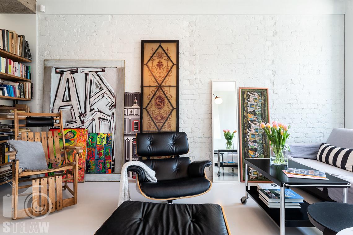 Fotografia nieruchomości na sprzedaż, zdjęcia wnętrza, salon w domu jednorodzinnym i fotel Vitra.