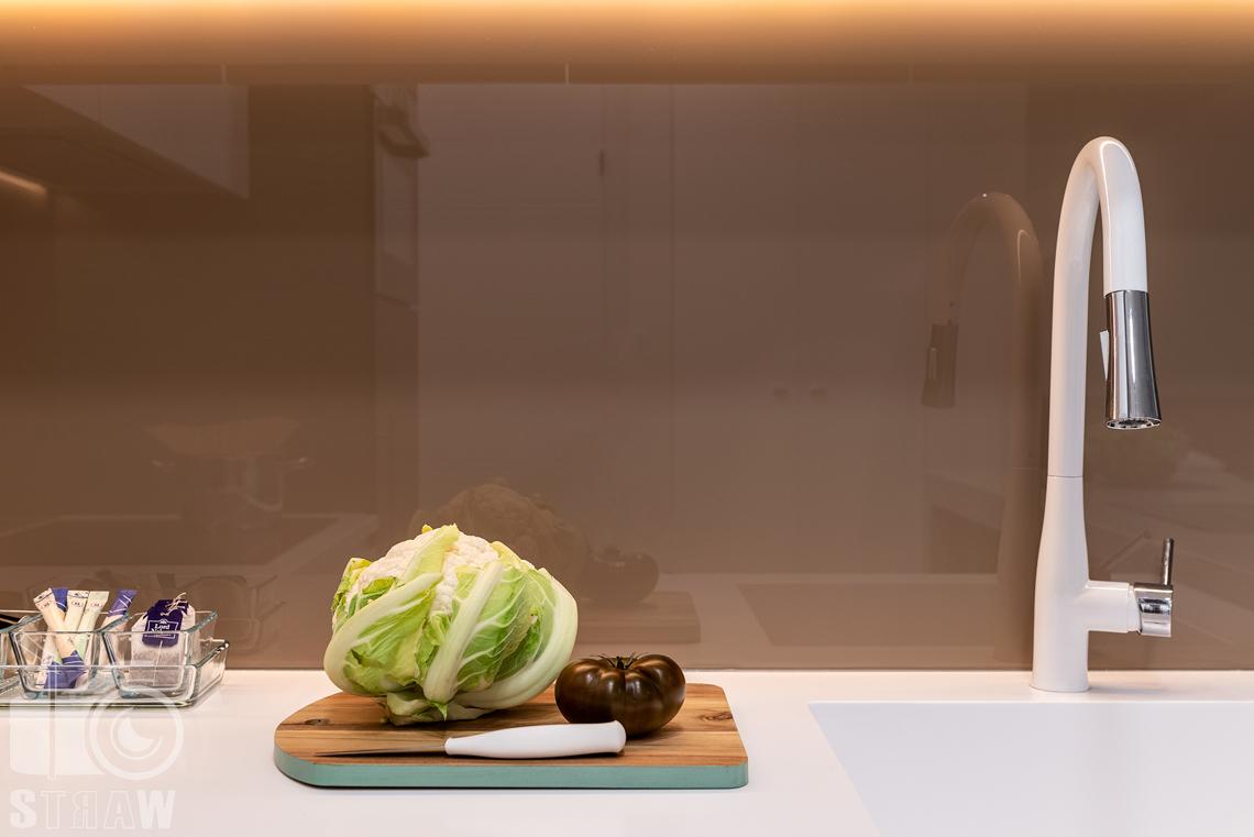 Fotografia nieruchomości na wynajem krótkoterminowy, blat kuchenny i dekoracje przygotowane go sesji zdjęciowej.