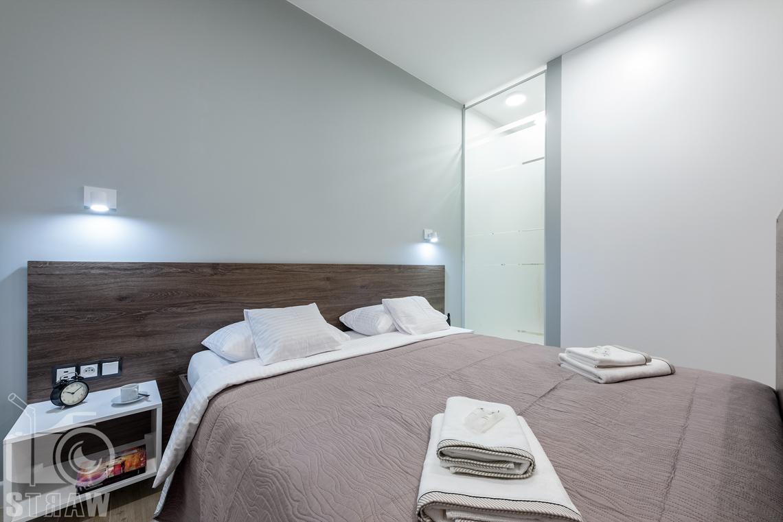 Fotografia nieruchomości na wynajem krótkoterminowy, sypialnia i duże łóżko podwójne.