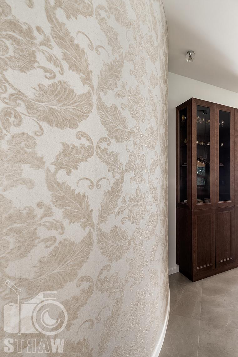 Fotografia wnętrz domu zaprojektowanego przez biuro projektowe, kuchnia tapeta i regał.