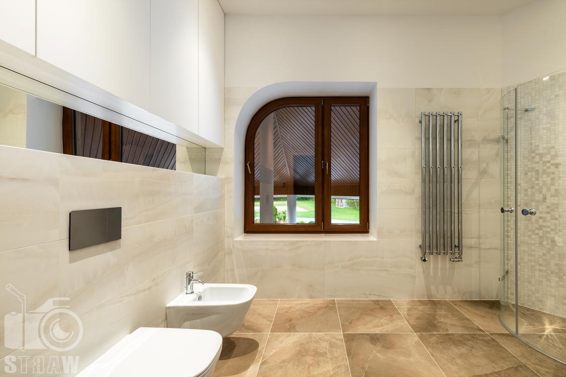 Fotografia wnętrz domu zaprojektowanego przez biuro projektowe, łazienka dla gości, duże płytki na podłogę, toaleta i bidet.