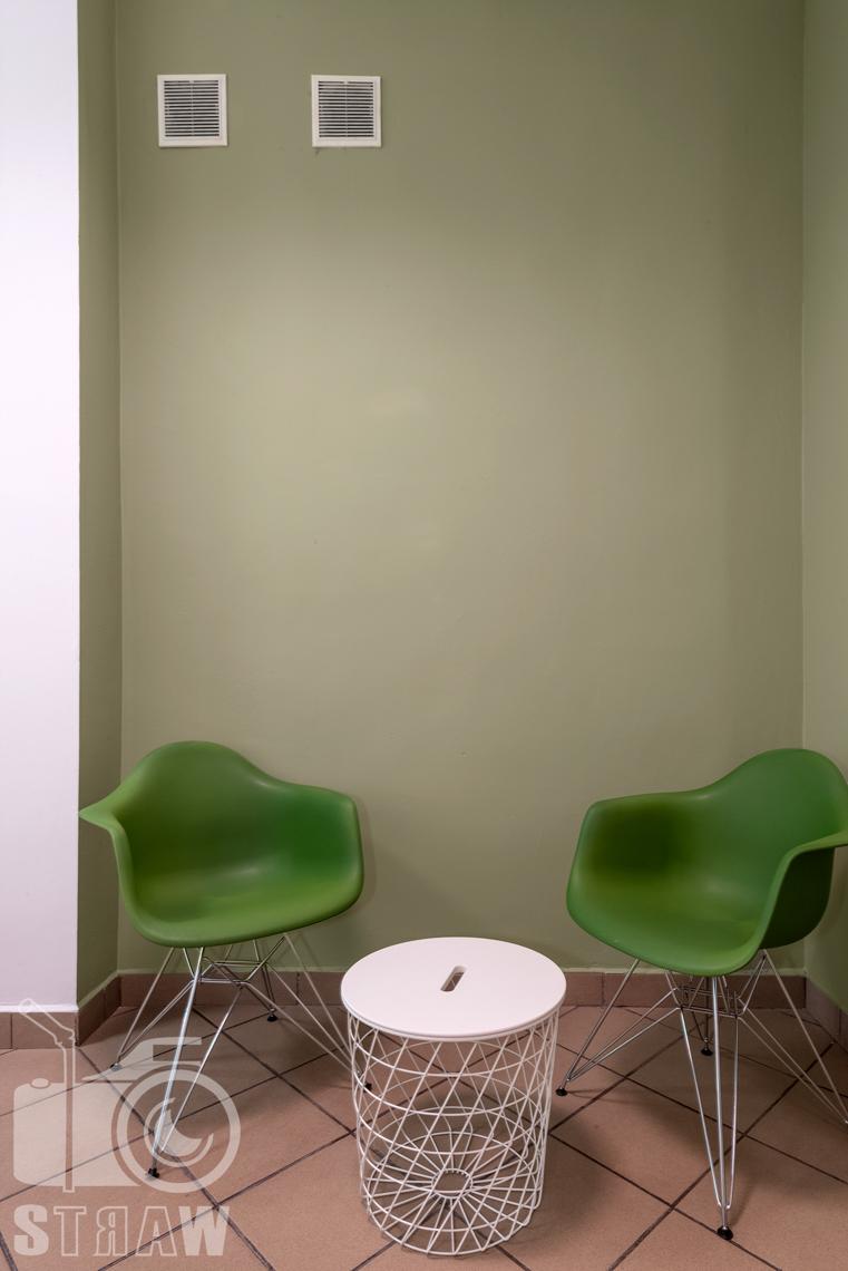 Fotografia wnętrz komercyjnych, zdjęcia domu opieki medycznej krzesła i stolik w gabinecie lekarskim.