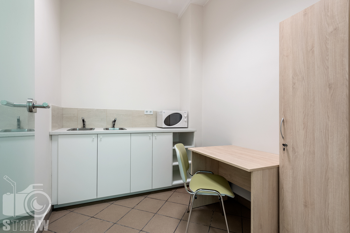 Fotografia wnętrz komercyjnych, zdjęcia domu opieki medycznej sala sanitarna z umywalkami.