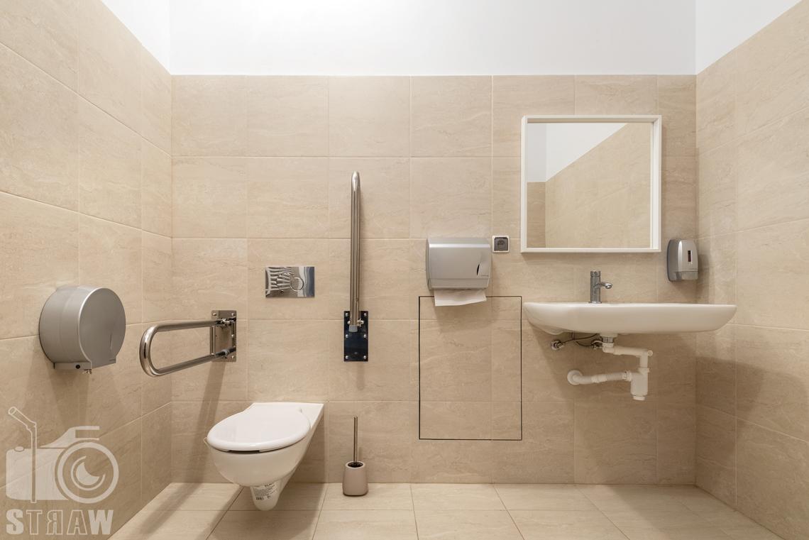 Fotografia wnętrz komercyjnych, zdjęcia domu opieki medycznej, łaziena dostosowana dla osób niepełnosprawnych.