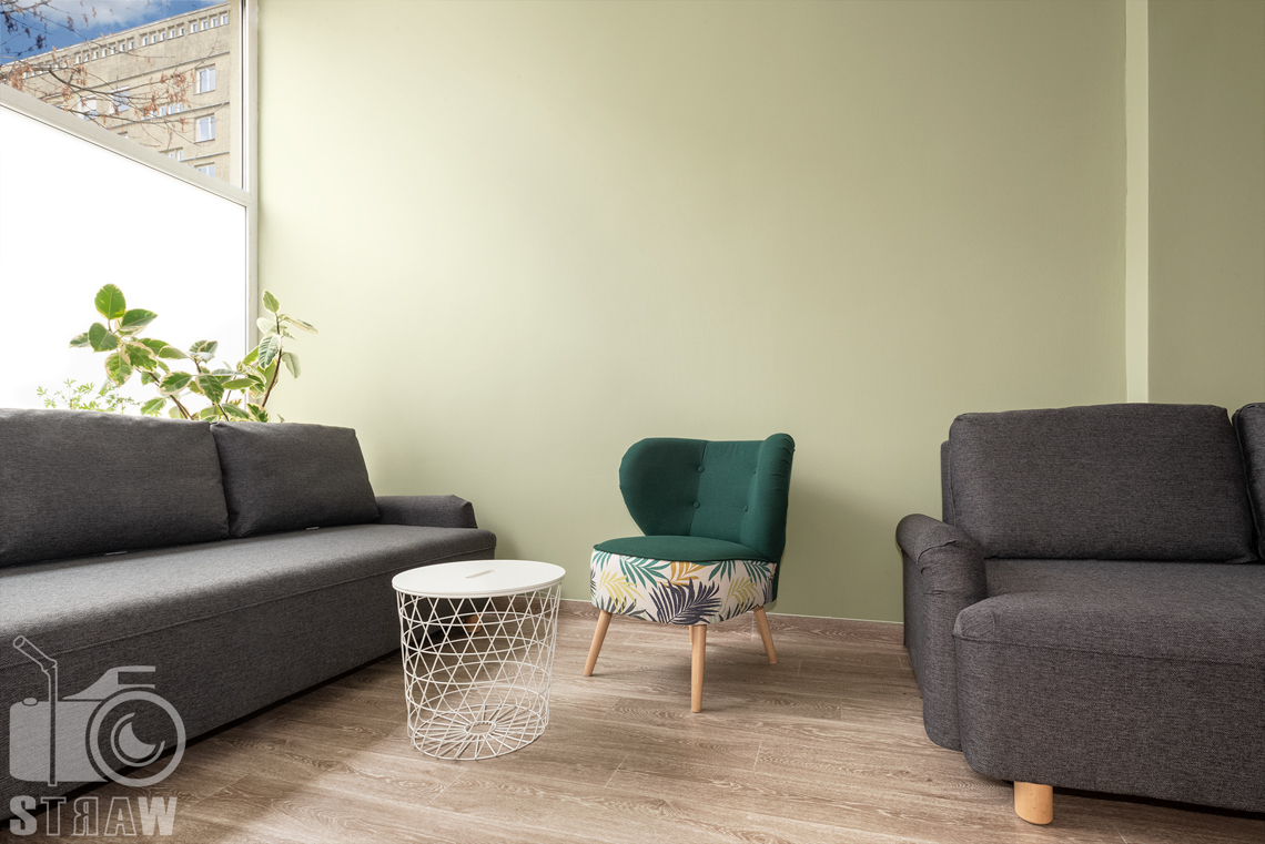Fotografia wnętrz komercyjnych, zdjęcia domu opieki medycznej pokój odpoczynku i relaksu, fotel i sofa.
