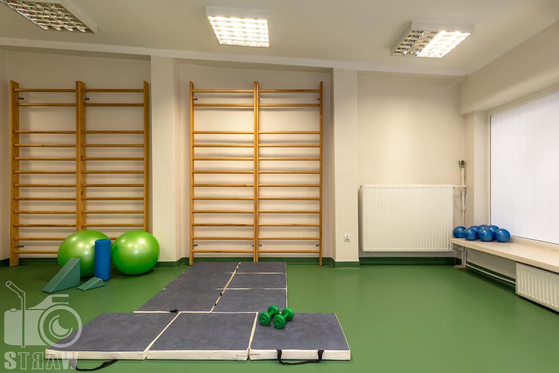 Fotografia wnętrz komercyjnych, zdjęcia domu opieki medycznej sala ćwiczeń z drabinkami i piłkami.