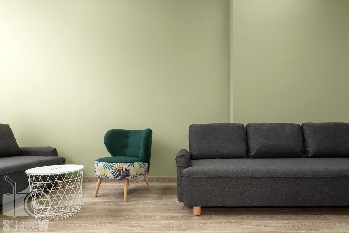 Fotografia wnętrz komercyjnych, zdjęcia domu opieki medycznej, sofy i fotel w pokoju rekreacyjnym.