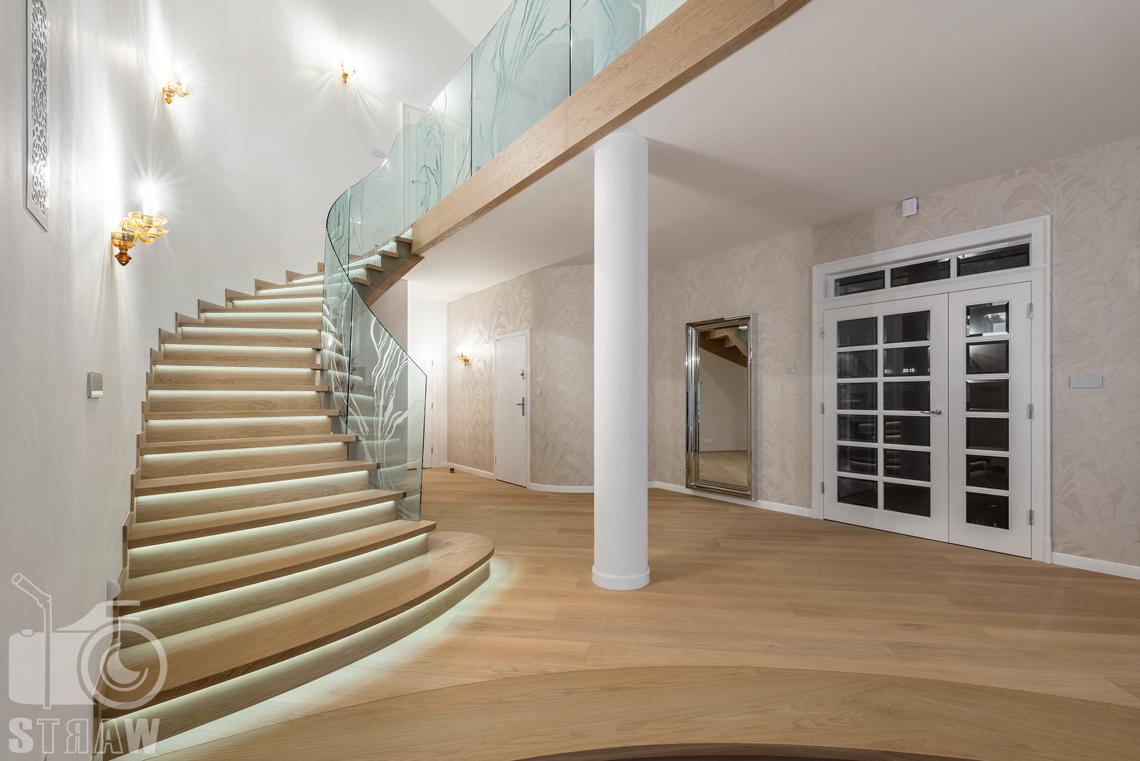 Fotografia wnętrz domu zaprojektowanego przez biuro projektowe, schody na piętro, widoczna antresola.