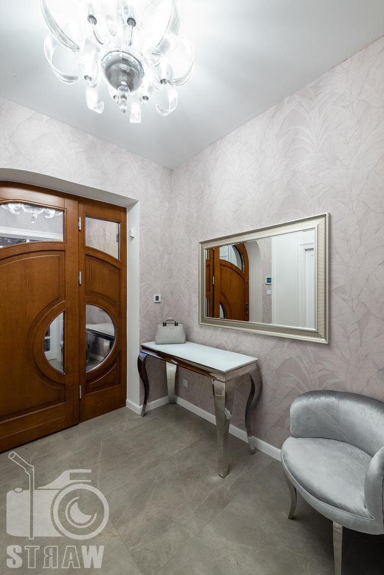 Fotografia wnętrz domu zaprojektowanego przez biuro projektowe, przedpokój widok w stronę drzwi.