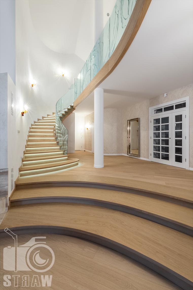 Fotografia wnętrz domu zaprojektowanego przez biuro projektowe, hol i schody na piętro.