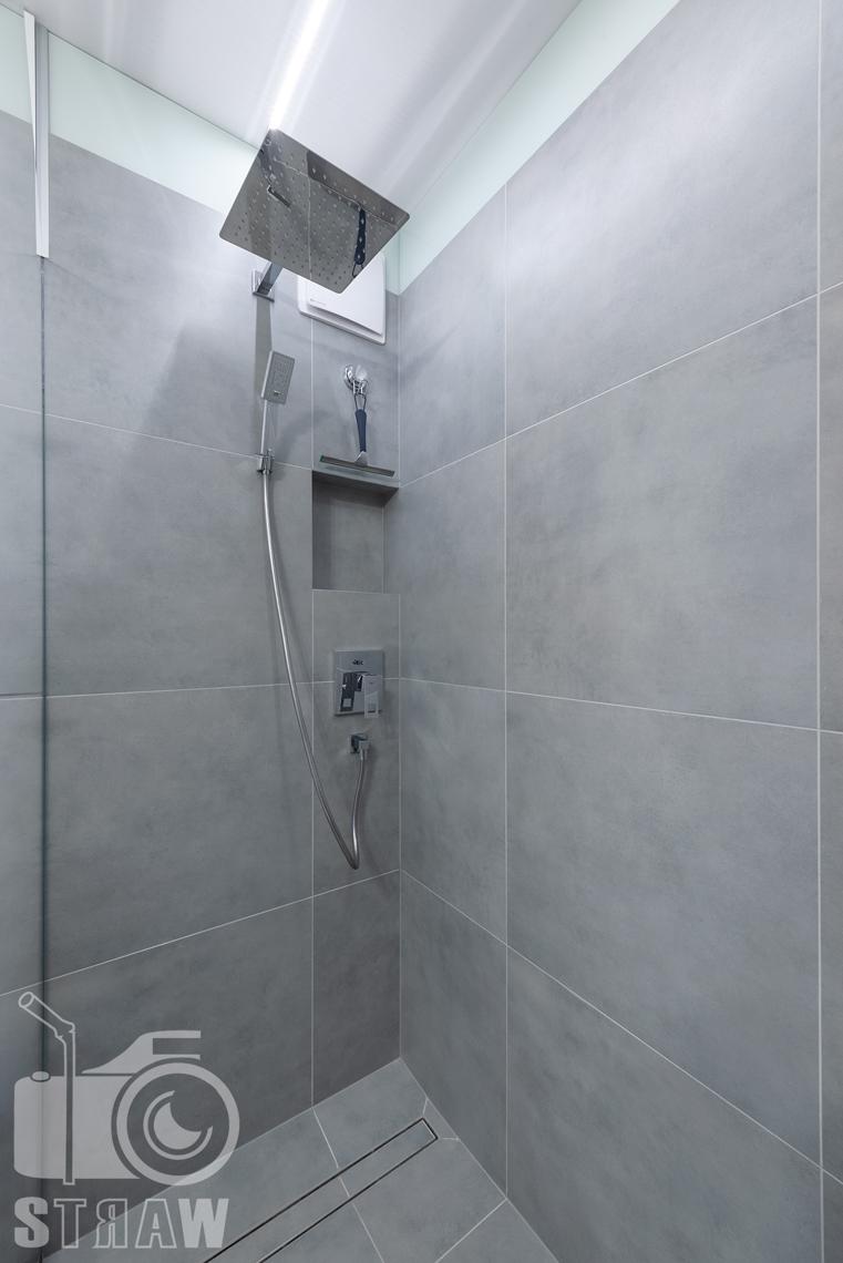 Fotografia wnętrz, zdjęcia apartamentu na wynajem, zlokalizowanego w Warszawie, tutaj łazienka prysznic.